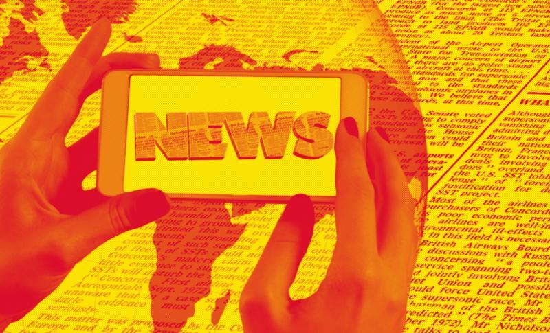 Fotografija pokazuje mobilni aparat koji drže ženske ruke sa natpisom News. U pozadini je globus i dio novina.